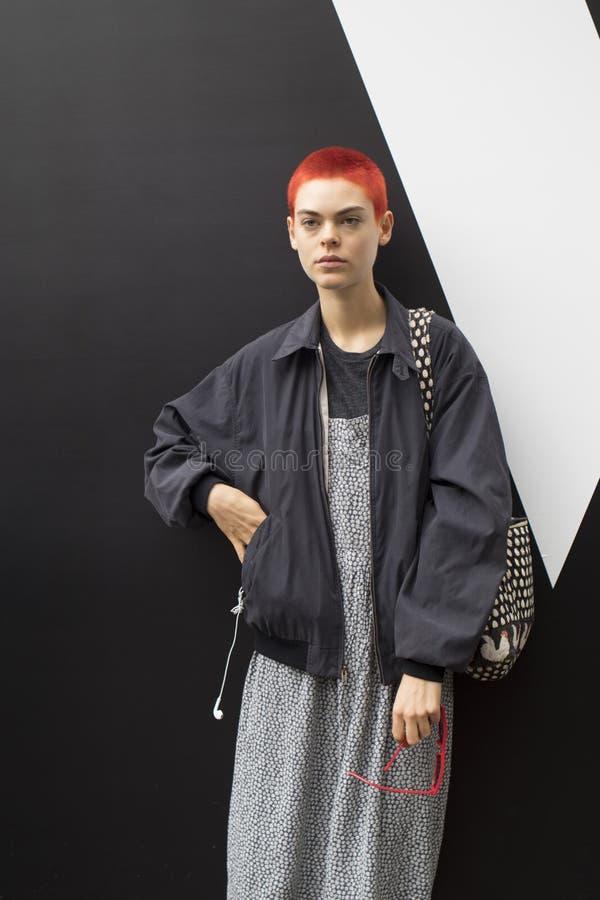 Люди на улице во время недели моды Лондона стоковые изображения