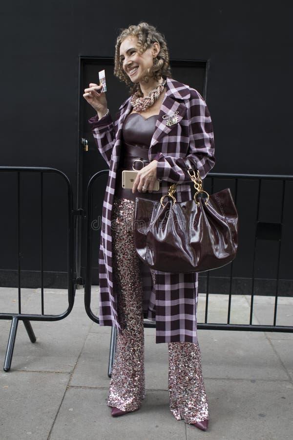 Люди на улице во время недели моды Лондона стоковые изображения rf
