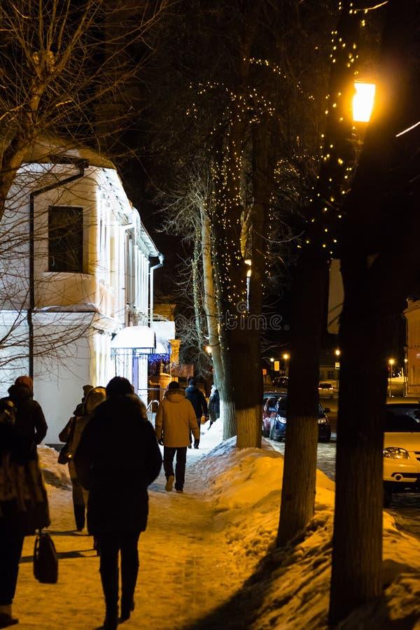 люди на улице в городке Suzdal в вечере зимы стоковая фотография