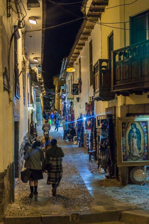 Люди на улице в центре Cuzco стоковые фотографии rf