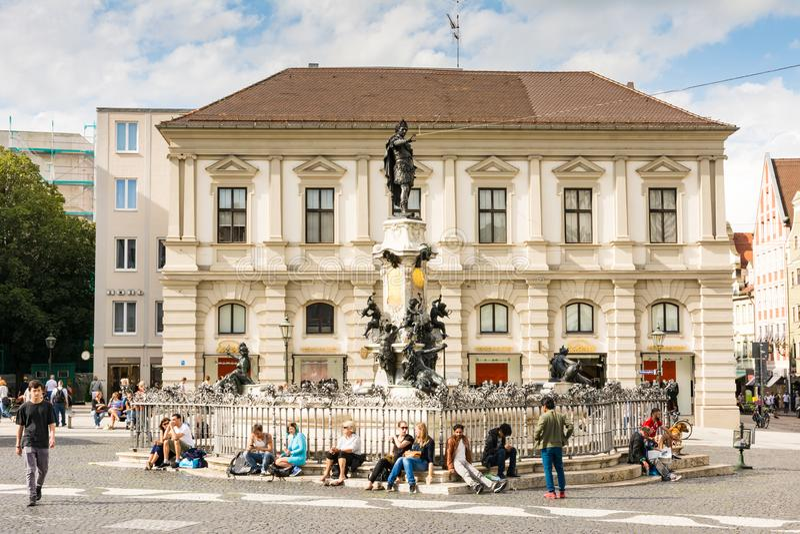 Люди на фонтане Augustus в Аугсбурге стоковые изображения rf