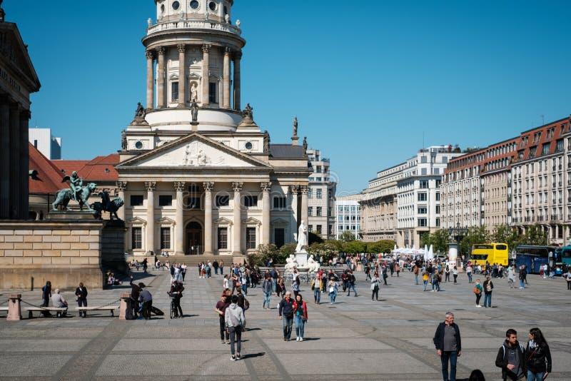Люди на французском соборе на Gendarmenmarkt на солнечный летний день в Берлине стоковое фото