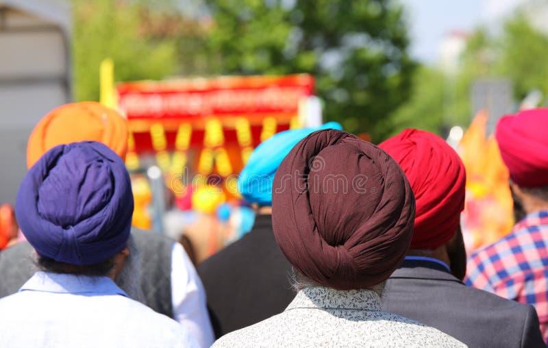 люди нося краски тюрбана стоковые фото