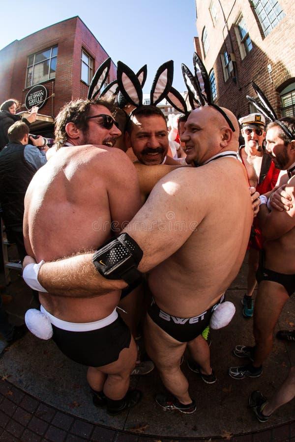 Люди нося озноб Speedos и аксессуаров зайчика плейбоя перед событием стоковые изображения rf