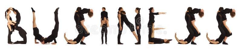 Люди одетьнные чернотой формируя слово ДЕЛА стоковые фото