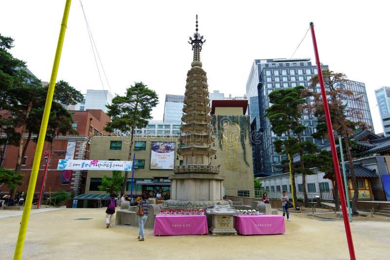 Люди 17-ое июня 2018 моля вокруг башни на виске буддизма Jogyesa, Сеуле, Корее стоковые фотографии rf