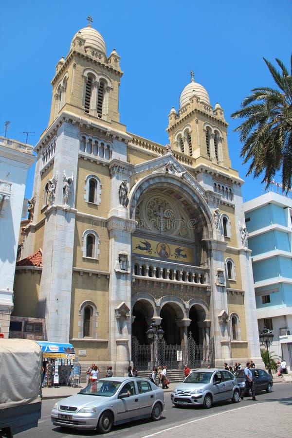 Люди около католического собора в Тунисе, Тунисе стоковая фотография