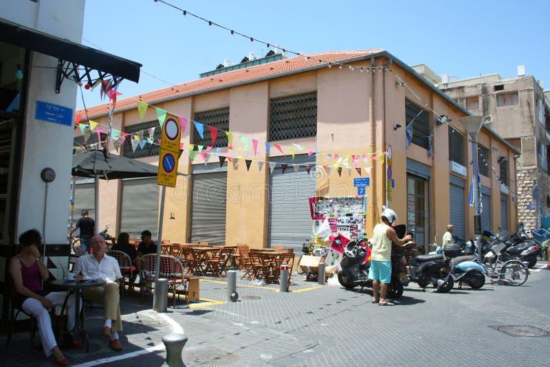 Люди ослабляют в кафе на улице Городской пейзаж Тель-Авив, Израиля стоковая фотография rf