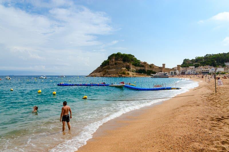 Люди ослабляют на пляже в популярном курортном городе Tossa de Повреждать стоковые фотографии rf