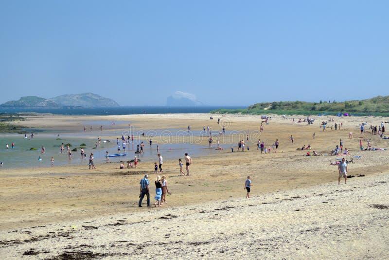 Люди ослабляют на пляже на holyday стоковая фотография
