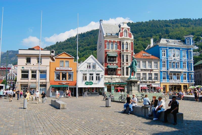 Люди ослабляют на теплый и солнечный летний день на квадрате на историческом центре города в Бергене, Норвегии стоковые изображения rf