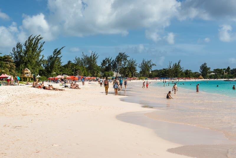 Люди ослабляя на Brownes приставают к берегу в Барбадос стоковая фотография rf