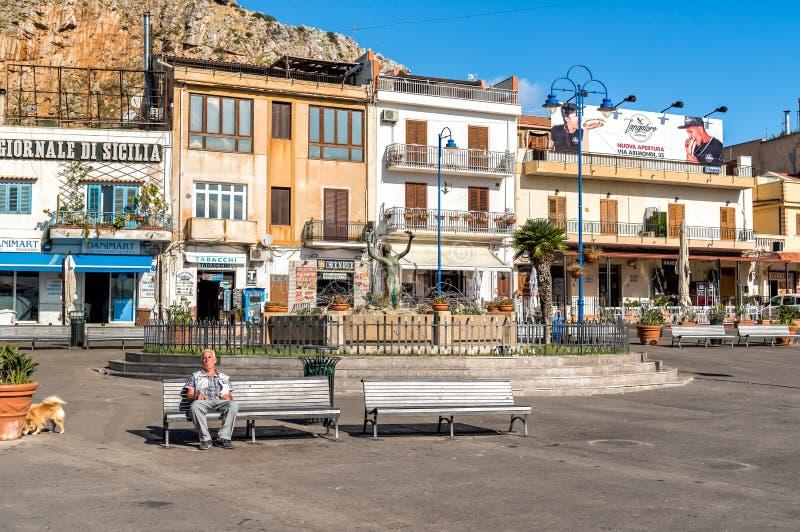Люди отдыхая на квадрате в центре Mondello, малый курорт на море около центра города Палермо стоковая фотография