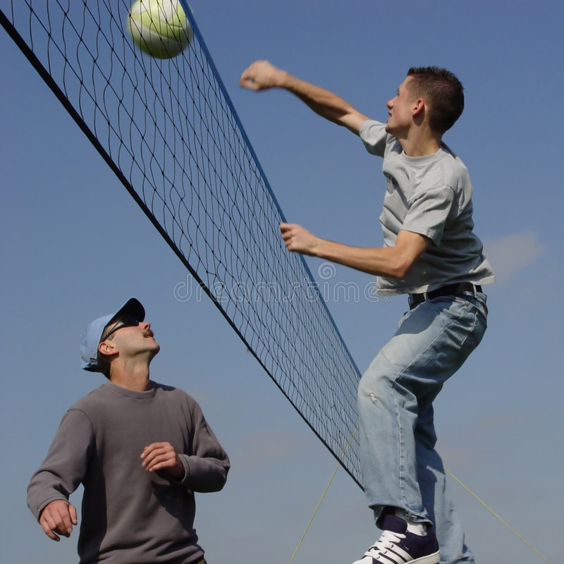 люди пар играя волейбол стоковая фотография