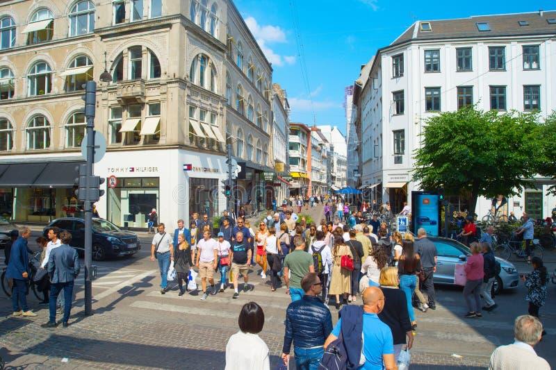 Люди пересекая торговую улицу Копенгагена стоковое фото