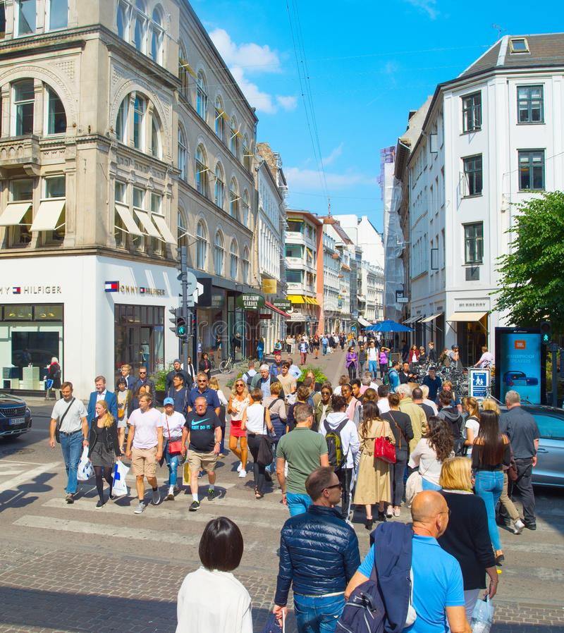 Люди пересекая торговую улицу Копенгагена стоковое фото rf