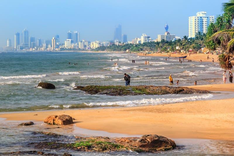 Люди плавают в море и расслабляющие на пляже стоковое фото rf