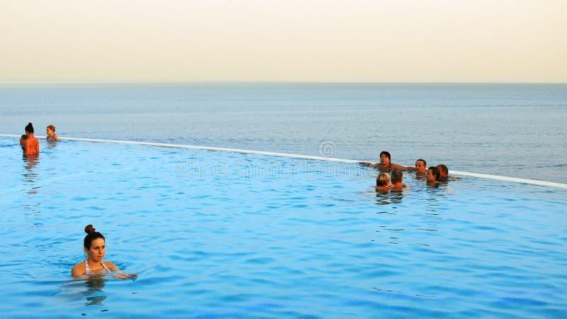 Люди плавают в пейзажном бассейне стоковые изображения rf