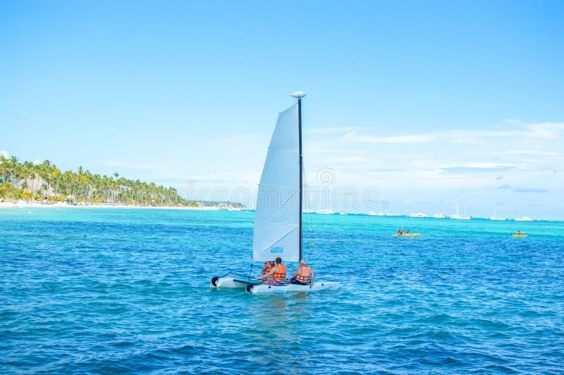 Люди плавают на яхте среди пальм стоковая фотография rf
