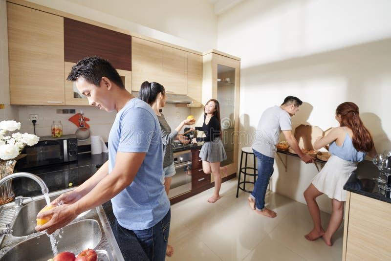 Люди подготавливая еду для домашней партии стоковые изображения rf