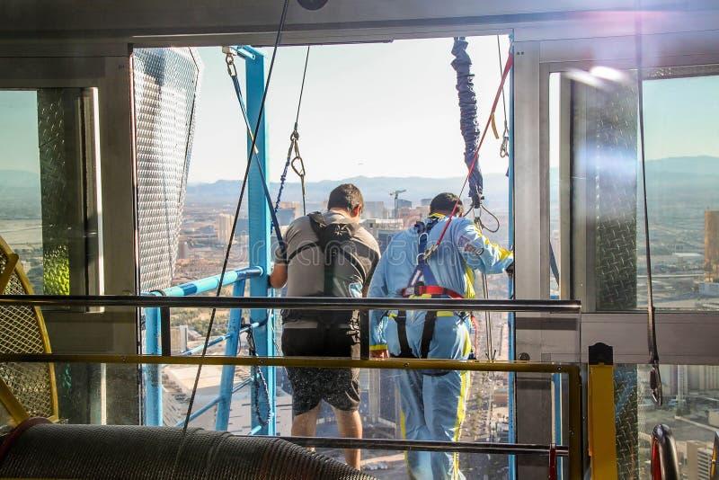 Люди подготавливая к скачке неба от прокладки башни i Лас-Вегас стратосферы Предпосылки Beauutiful стоковое фото