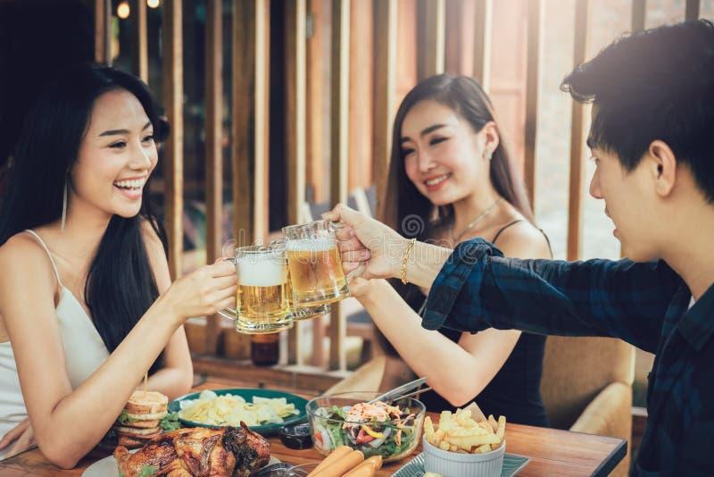Люди подростка азиатские имея потеху на выпивать с веселить с стоковые изображения rf