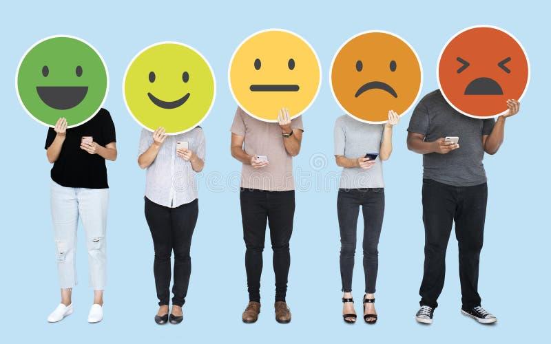 Люди показывая различные смайлики выражения чувства стоковые фотографии rf