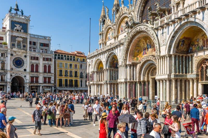 Люди посещают квадрат Сан Marco в Венеции стоковая фотография