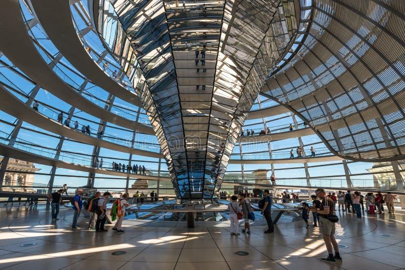 Люди посещают купол Reichstag в Берлине, Германии стоковые изображения rf
