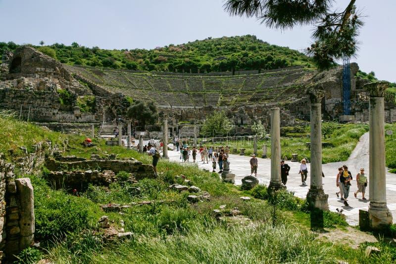 Люди посещают прогулку около амфитеатра в Ephesus Ancie стоковое фото