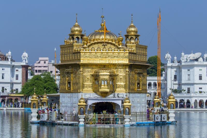 Люди посещая золотой висок в Амритсаре, Пенджабе, Индии Сикхское перемещение пилигримов от на всем Индии, котор нужно помолить на стоковые изображения rf