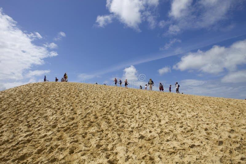 Люди посещая известную дюну Pyla стоковые фотографии rf