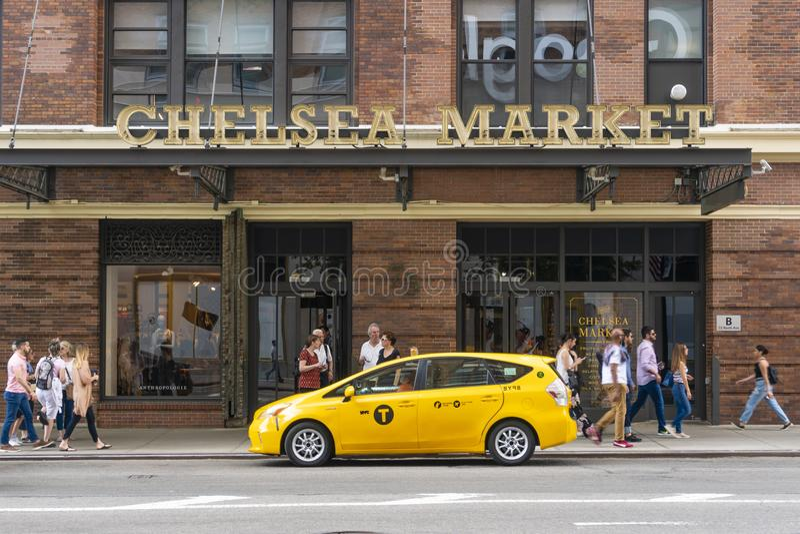 Люди посещая рынок Челси в Нью-Йорке стоковое фото rf