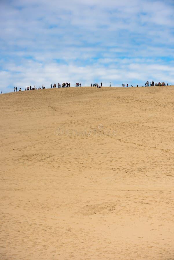 Люди посещая самую высокую песчанную дюну в дюне Европы Pyla стоковые изображения