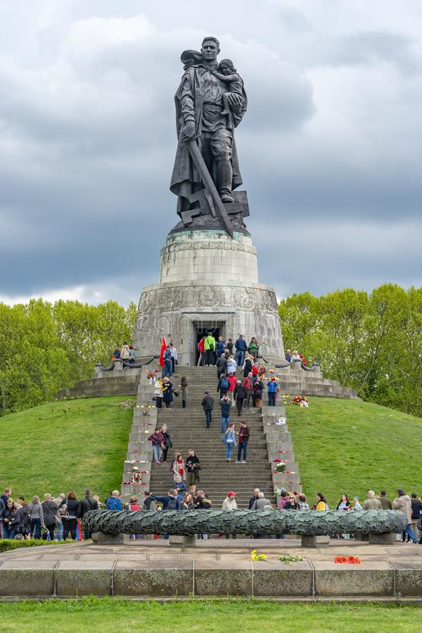 Люди посещая советский военный мемориал в парке Treptower, Берлине, Германии стоковое фото rf