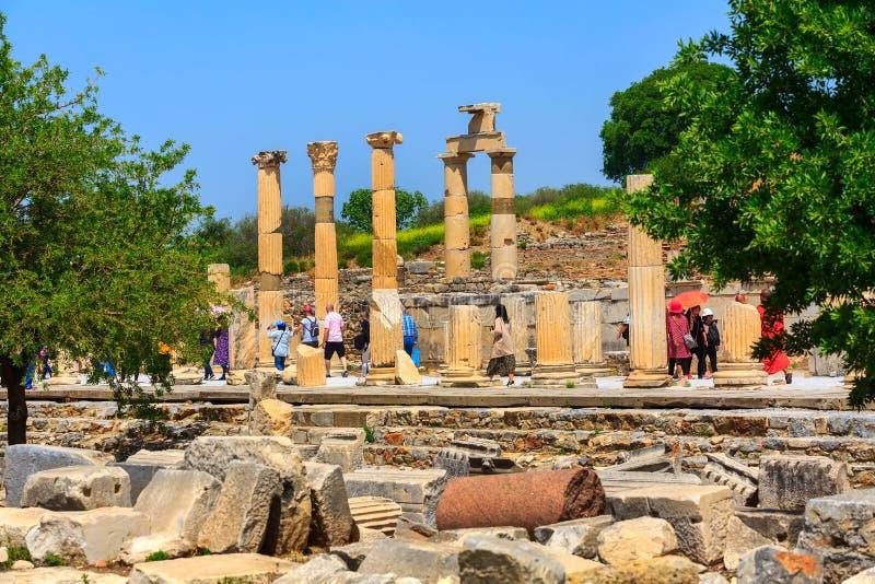 Люди посещая старые руины Ephesus, Турции стоковые изображения rf