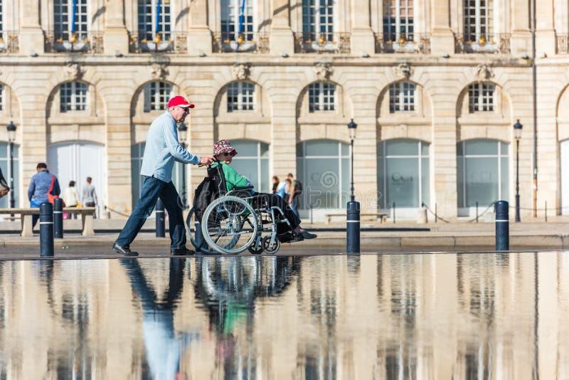 Люди посещая фонтан зеркала в Бордо, Франции стоковые изображения rf