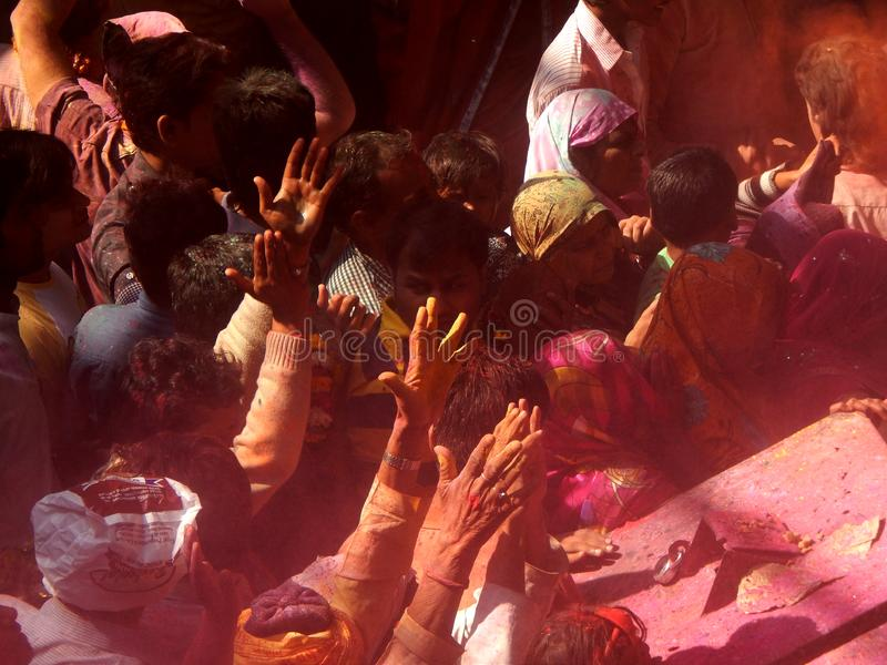 Люди празднуя holi фестиваль цветов внутри виска, стоковое фото