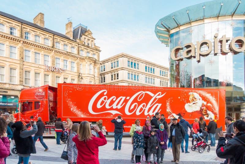 Люди принимают фото тележки кока-колы в Кардиффе, Великобритании стоковое изображение