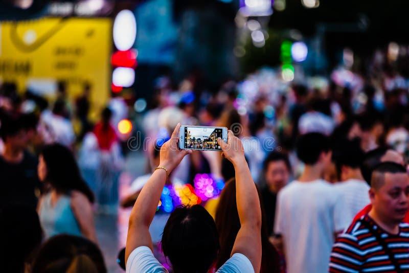 Люди принимая фото с мобильным телефоном стоковое фото