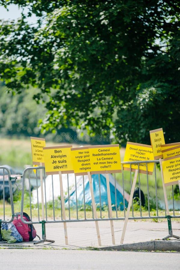 Люди протестуя на ECHR Европейского суда по правам человека во время стоковое фото rf