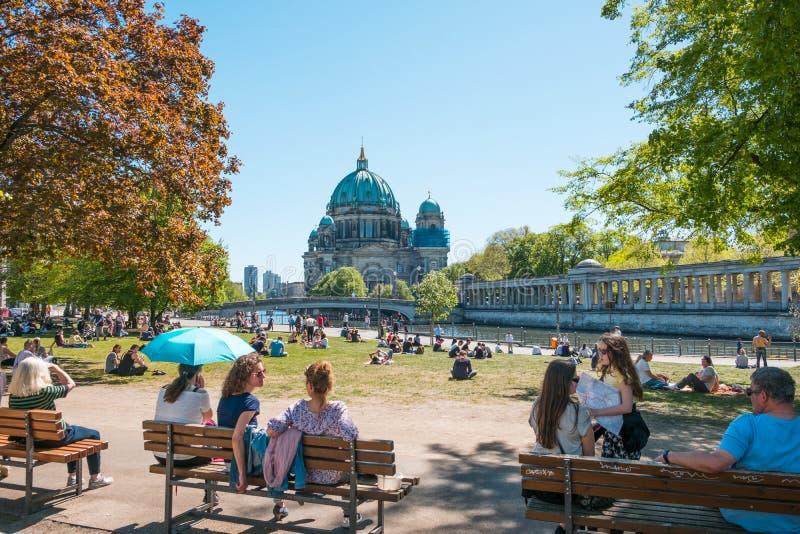 Люди публично паркуют на солнечный день около острова музея и собора Берлина стоковое фото rf