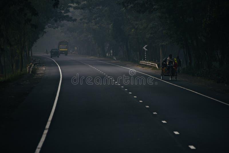 Люди путешествуя в Уилере 3 на дороге в Бангладеше стоковая фотография rf