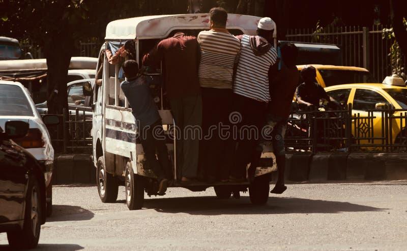 Люди путешествуя на традиционные 4 Уилера в Бангладеше стоковые фото