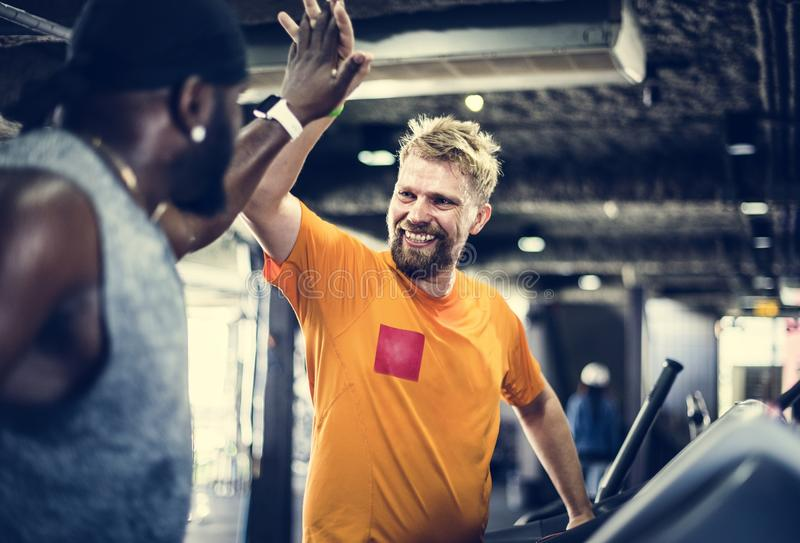 Люди работая на спортзале фитнеса стоковые изображения rf