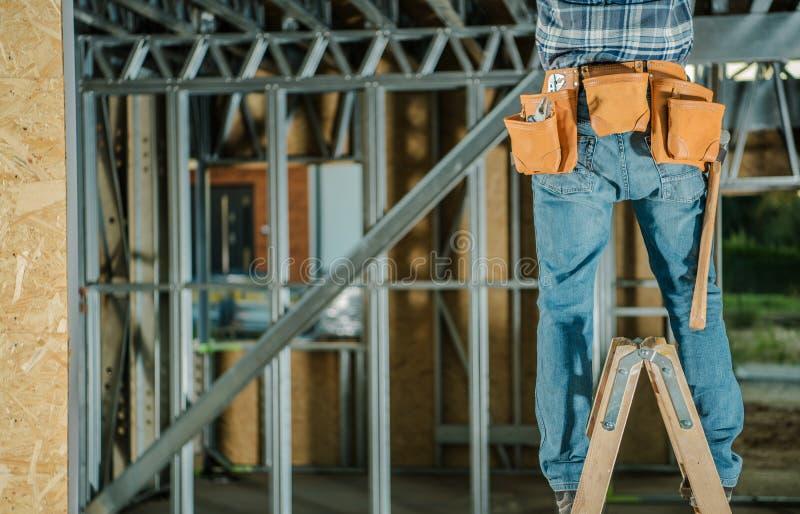 Люди работая от лестницы стоковое фото