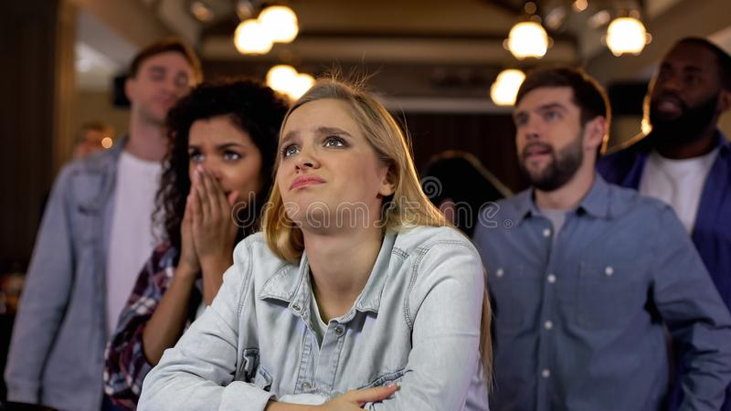 Люди разочарованные с результат выборов результатами выборов или потерей фаворитов на конкуренции стоковые фото