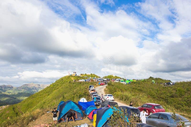 Люди располагаясь лагерем на Nern Chang Suek Это одно из интересных мест в Kanchanaburi потому что это пятно взгляда на горе стоковое фото