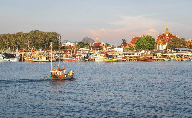 Люди рыбной ловли на деревянных удя шлюпках ремесла управляли шлюпкой к местной удя пристани на челке Saray, красивой идилличной  стоковые изображения