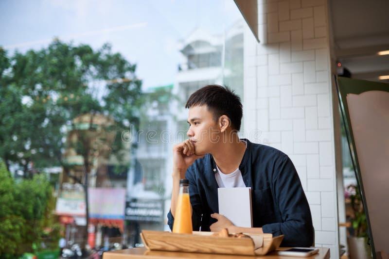 Люди сидят в кофейне, думая Время хлебопекарни и чая стоковые фото